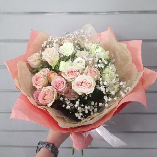 Букет из кустовых роз и гипсофилы