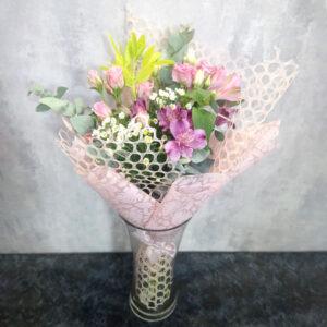 Букет из роз, альстромерий и эустом