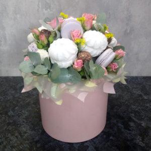 Цветы и конфеты в шляпной коробке