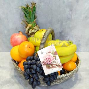 Корзина фруктов с ананасом