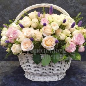 Корзина с розами и лагурусом