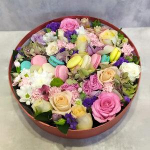 Макаруны с цветами в коробочке