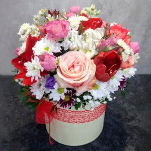 Розы и хризантемы в шляпной коробке