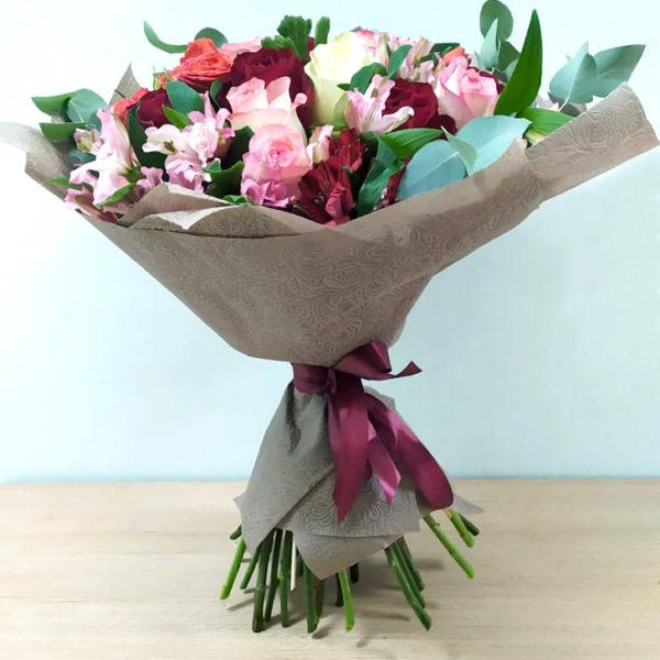 Букет из роз и альстромерий (спереди)